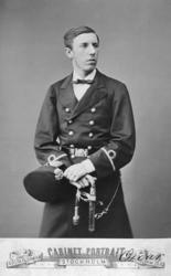 Foto av prins Oscar .Han bär uniform med tillhörande mössa.