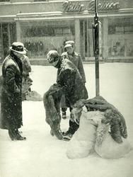 Skinnmarknad under en snöig Sigfridsmäss i februari. En man