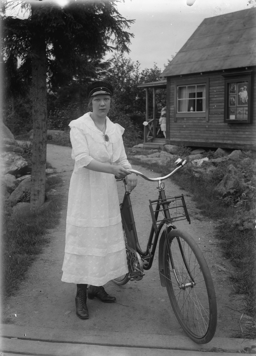 Flicka med cykel.
