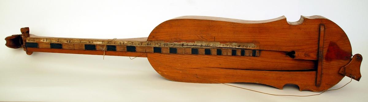 Psalmodikon, med stråke, till formen lik en fiol, defekt. Strängarna saknas.