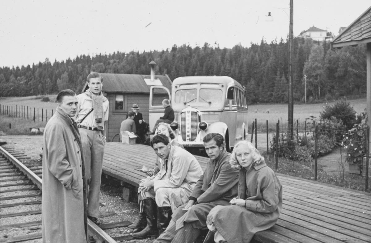 """Venter på toget på Sonsveien holdeplass.   Tekst fra album: """"Avskjedens time. Bjørn Larsen, Chrisopher Ravn, Gro Richardsen, Aaage Bø, Arne Kristiansen, Liv Richardsen."""""""