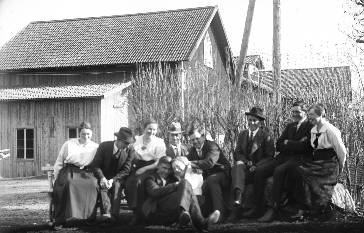 "Hos ""Erik-Lars"" i W. Hästbo. Sittande på backen Josef Eriksson."