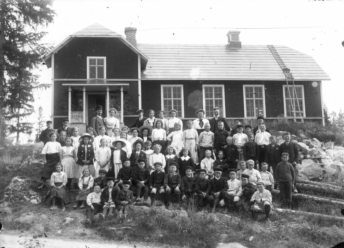 Skolmiljö i Lenninge. Personerna okända.