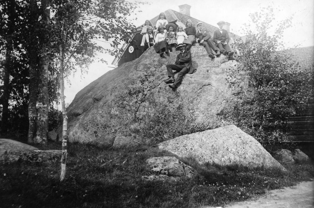 Målar-Erhard (Nilsson) längst fram. I huvudsak Smehammar-barnen. Bilden tagen förmodligen 1911 på apotekare Hultmans gård Stenshammar i Järvsö, där Smehammar-barnens far Per Larsson var anställd som rättare.