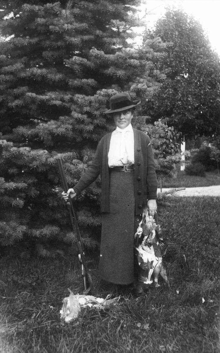 Fru Ella Bellander, herrgården, efter fågeljakt.