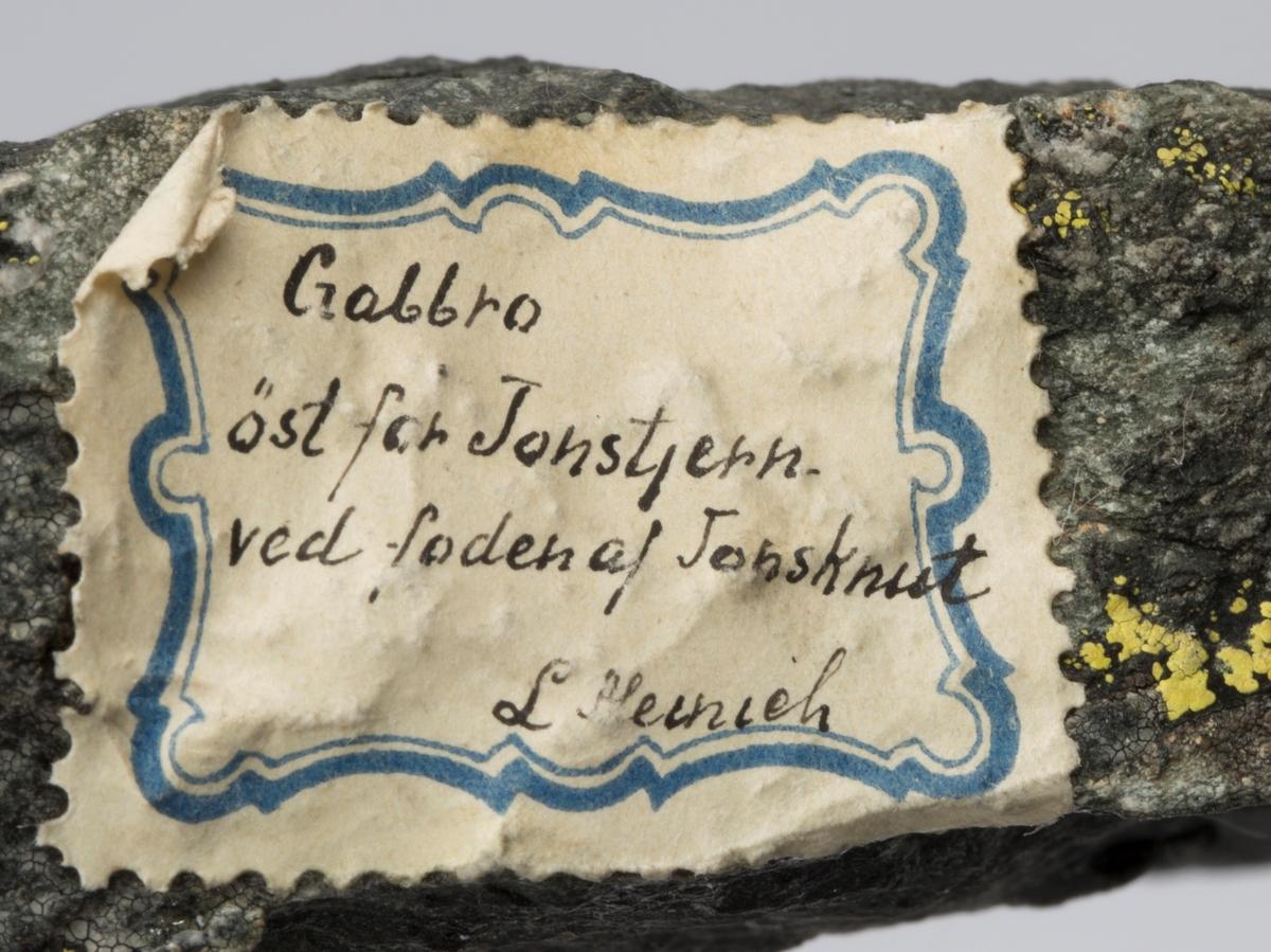 To etiketter:  Etikett 1: 5. øst for Jonskjørn  Etikett 2: Gabbro øst for Jonstjern ved foden af Jonsknut L Meinich