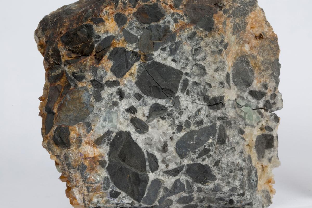 En etikett i eske: XIII 10 og 11 Kvartsbrecciegang med silurbrudstykker Aasland – Sandsvær C. Bugge