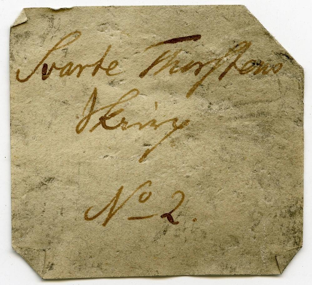 Etikett på prøve: Svarte Tosten Sk.2.  Etikett i eske: Svarte Thorstens Skierp No. 2