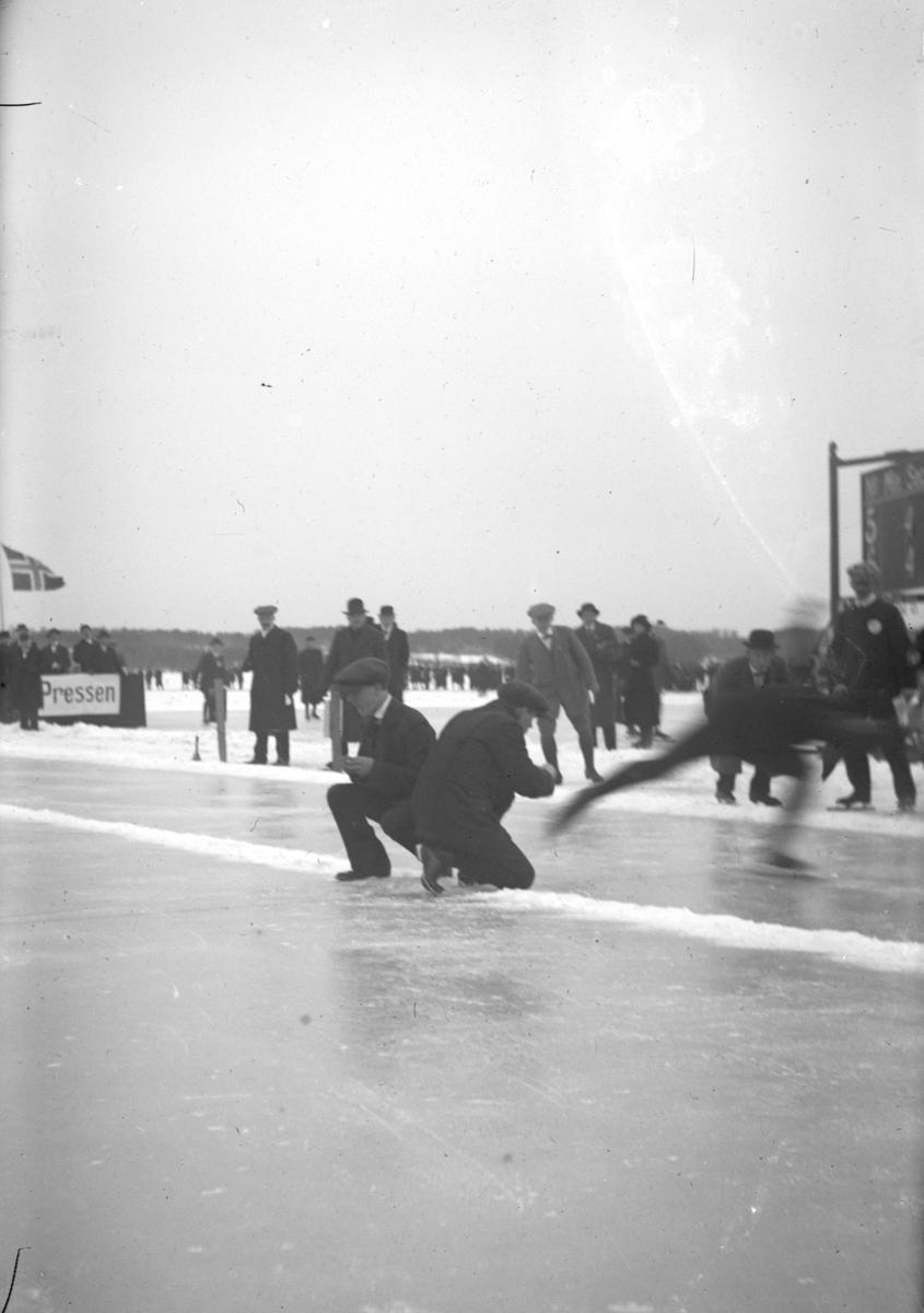 Skøyteløp, mjøsisen, Hamar,tidtakere, funksjonærer, pressetribune.