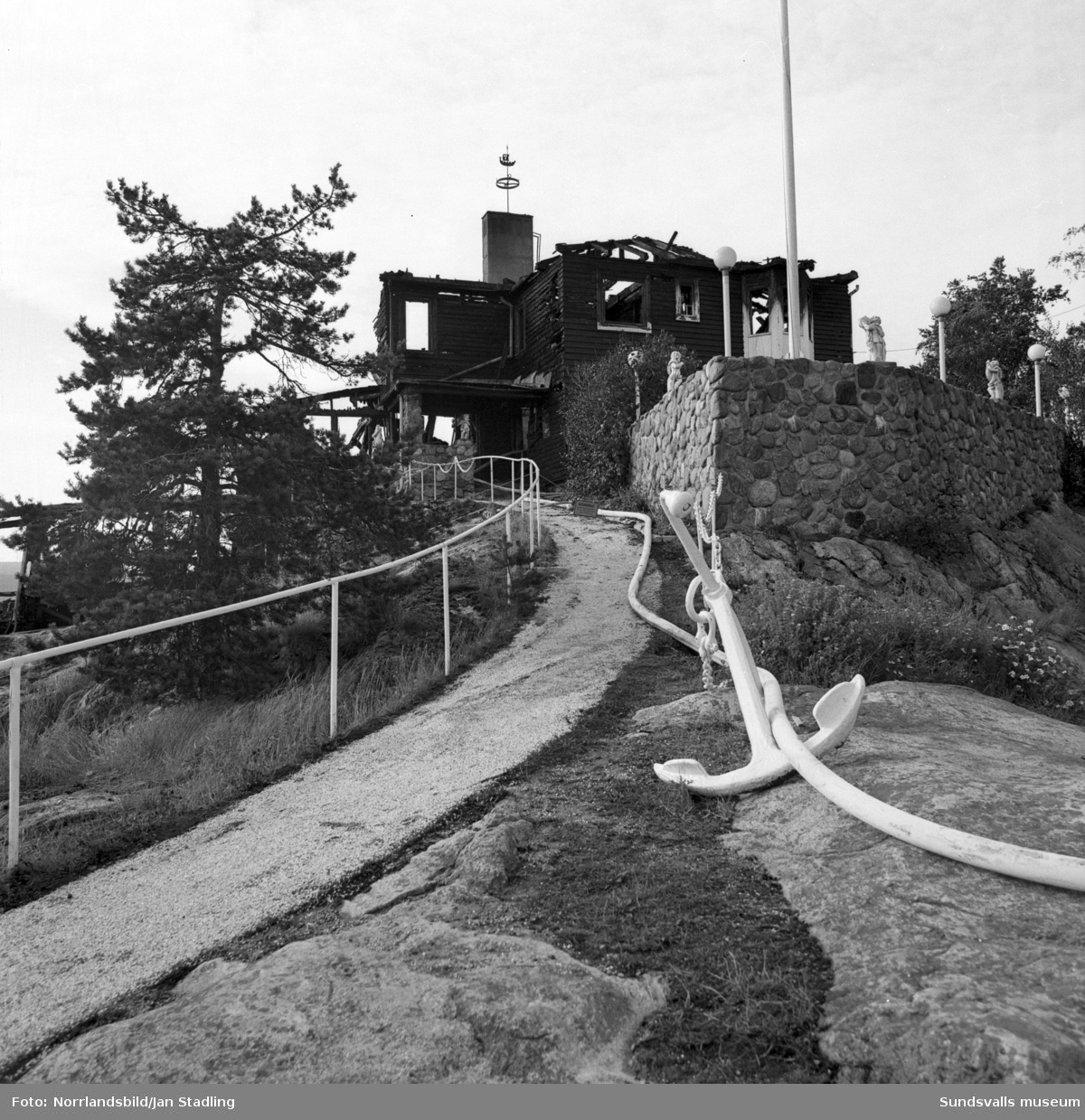 Bildserie på den brandskadade sommarrestaurangen Vindhem dagen efter branden som upptäcktes 03.53 en natt i augusti 1979.