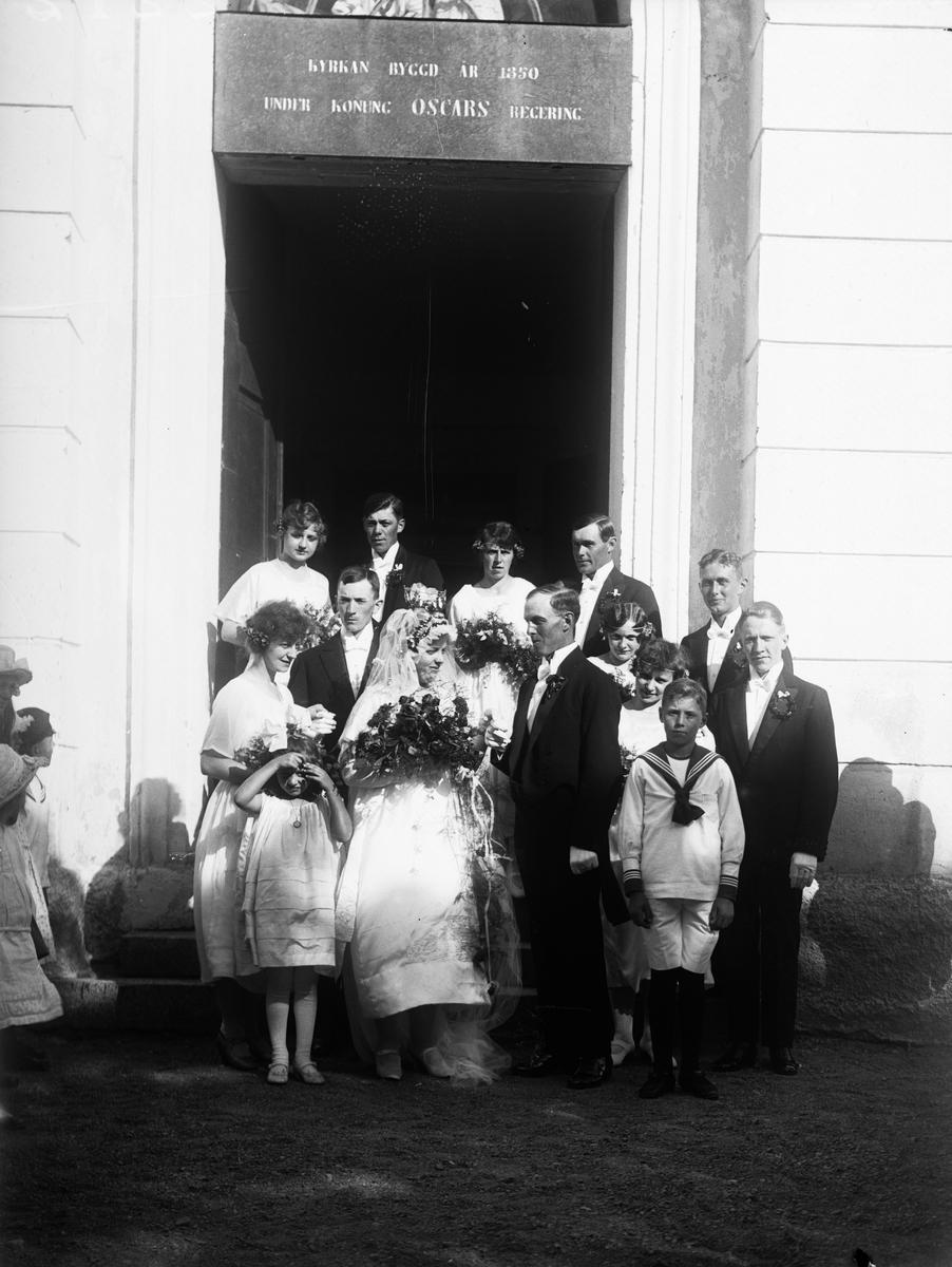 """""""Brudparet med tärnor och marskalkar kommer ut ur kyrkan"""", Hallgrens bröllop i Altuna kyrka, Uppland 1921"""