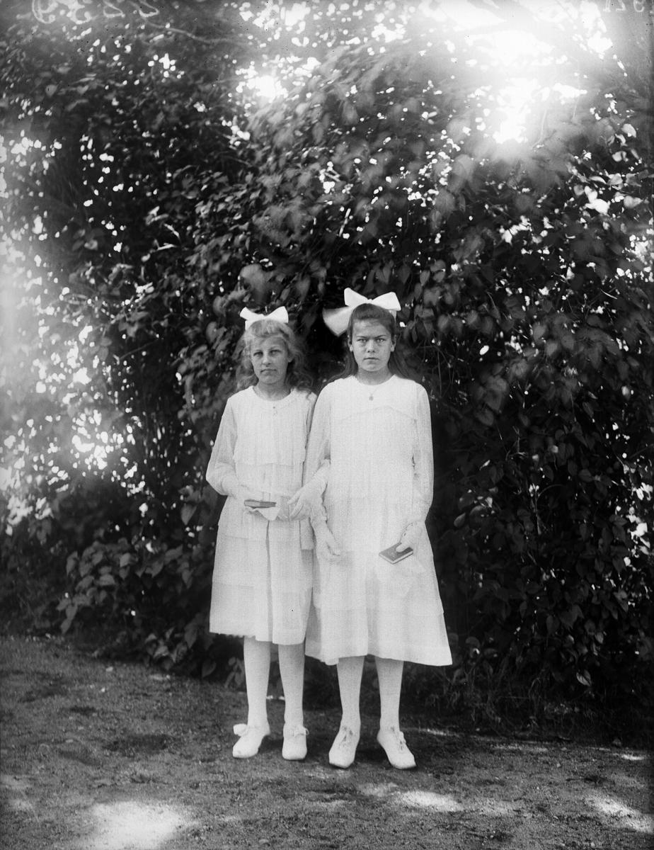 Ester Anderson, Västervad och Gunhild Ström, Fjärdhundra - konfirmationsporträtt vid Simtuna kyrka, Uppland 1921