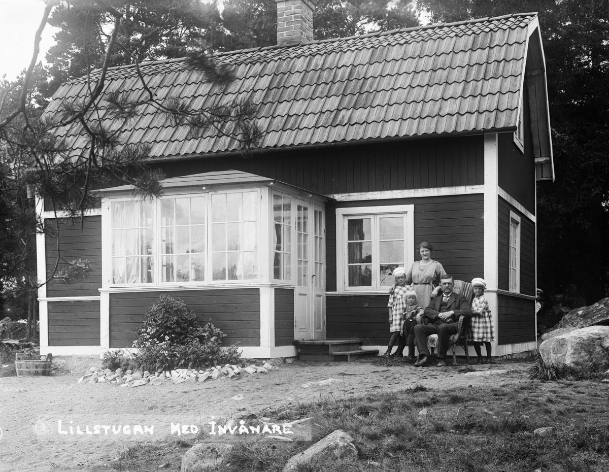 """""""Norlanders villa med familjegruppen utanför"""", Fröslunda, Altuna socken, Uppland 1921"""