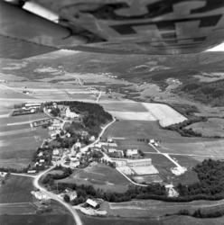 Flygfoton över Mellberg i Ljustorp med bland annat kyrkan oc
