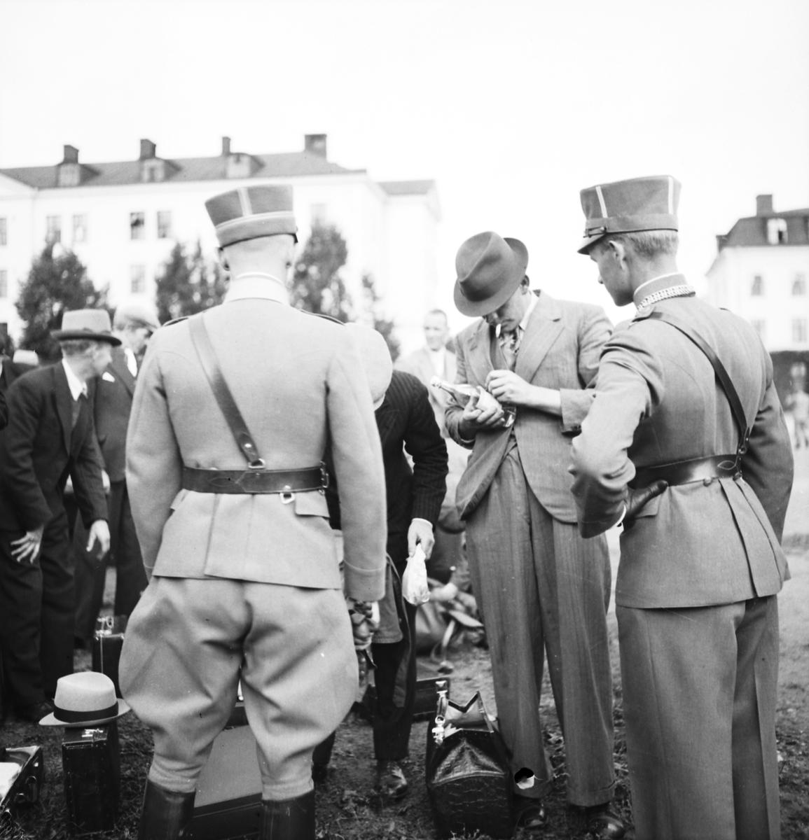 Landstormen rycker in, 1939. Armén delades fram till 1941 in i bevärings- och landstormsmän. Landstormen var de över 35 år, av de värnpliktiga.