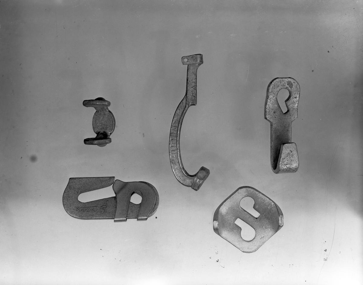 Exteriör av fabriksbyggnaden, 6 april 1946. År 1931 inköpte O. M. Grudén av Åbyfors bruk en fabriksbyggnad, där han efter omfattande restaurerings- och moderniserings arbeten  var fabriken klar för att börja användas.  Ingenjör O. M. Grudén grundade fabriken belägen i Åby, Valbo tillverkning av snökedjor. . Kedjorna tillverkas i alla förekommande storlekar och för alla hjuldimensioner för såväl person-som lastautomobiler samt för motorcyklar och traktorer. Sammansättningen av länkarna och kedjorna sker för hand. Omnämnas bör att en man sammansätter 100 kedjor på en dag.