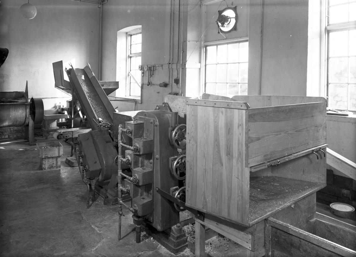 Interiör från kontoret, 5 april 1946. Tekniska AB Svea grundades år 1899 av flera stora företagare i Gävle, bl.a. konsul Oscar Flemming, fabrikören Gustaf Adolf Sjöström, grosshandlare J. A. Westergren och bryggaren Wadman. Fabriken uppfördes på Ruddammsgatan 15 i centrala Gävle. Tekniska AB Swea sålde sina varor i norra och mellersta Sverige. Som mest producerades ett hundratal artiklar. År 1912 köpte Lars Westerberg företaget. Han hade redan en kemisk-teknisk fabrik, grundad 1876, som låg på Nygatan 10. Tekniska AB Svea flyttade till hans lokaler. Han sålde vidare företaget år 1920 till importaktiebolaget Carl Ohlin. År 1926 flyttade Svea till en annan lokal på Södra Skeppsbron 20 i Gävle och i samband med detta införlivades Sasol AB, grundat av Birger Fogelberg, som var chef i Tekniska AB Flora, och doktor H. Cederberg. Företaget existerade 1913-1926. Man skulle producera tekniska och farmaceutiska artiklar och hade sina lokaler i Hagaström utanför Gävle. Den främsta produkten var ett desinfektionsmedel, Sasoll. Efter flera ägarbyten ägdes både Svea och Sasol under 1980-talet av företaget Gävle Industritjänst. Det är oklart vad som hände företaget vare sig efter 1980-talet. År 1979 dokumenterade Länsmuseet Sveas lokaler med en mängd bilder inför rivningen av deras produktionsbyggnad på Södra Skeppsbron i Gävle. Gävle Stadsarkiv har Tekniska AB Sveas övriga arkivhandlingar.