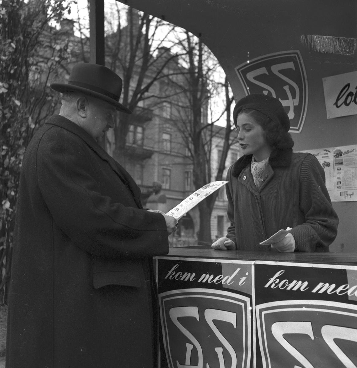 SSU lottförsäljning i esplanaden. 7 maj 1949. Reportage för Arbetarbladet.