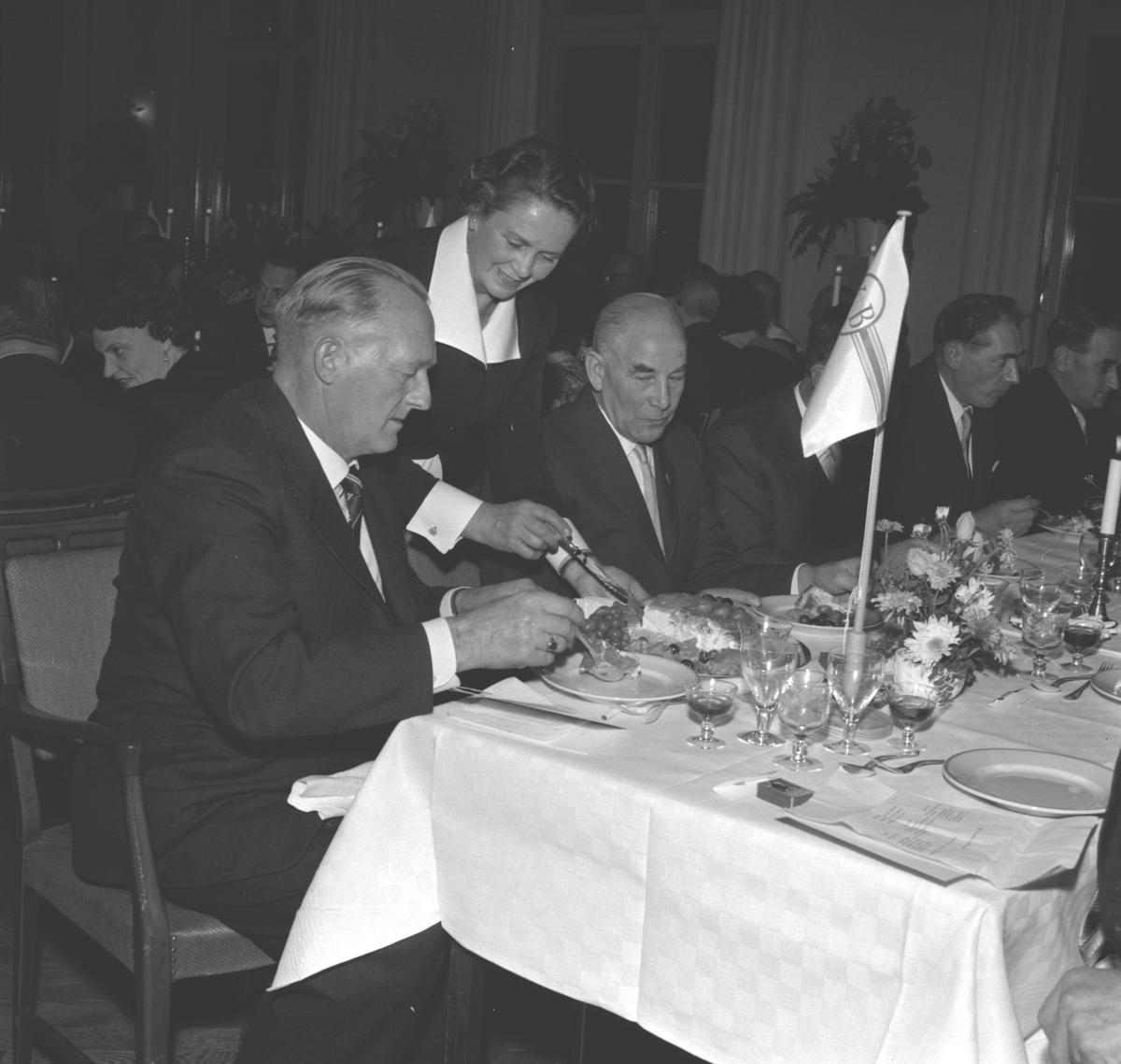 Middag i Föreningshuset. Verkställande direktör Erik Wilhelm Eriksson slutar. Korsnäs AB