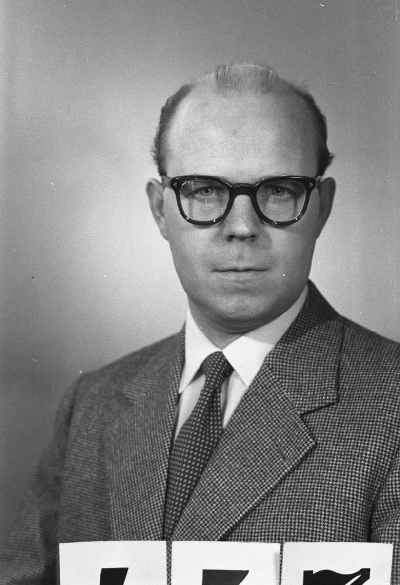 """Gösta Eriksson. Kontorschef. Gävle Varv. """"Profiler i Korsnäs"""". Ett porträttgalleri över anställda i Korsnäs Aktiebolag med dotterbolag. Sammanställt i anledning av bolagets 100-årsjubileum 1955."""