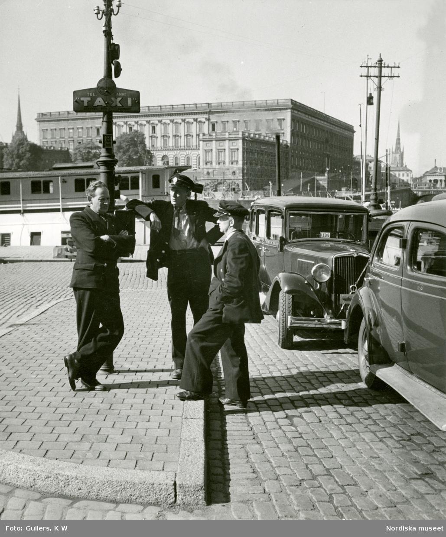 Taxichaufförer utanför Grand Hotel, Stockholm. Slottet i bakgrunden.