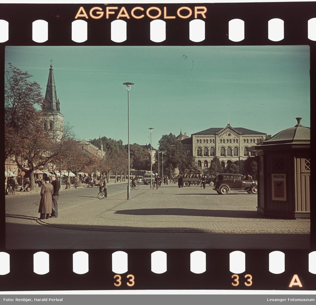 Fra sentrum i Karlstad, med skolebygningen og kirka.