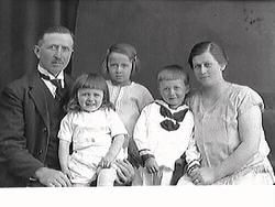 Familjebild. A. Eliasson med familj. bild 1 och 2: Föräldrap