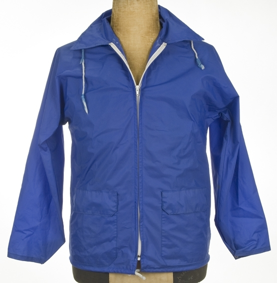 Kort jakke med hette, glidelåslukking.