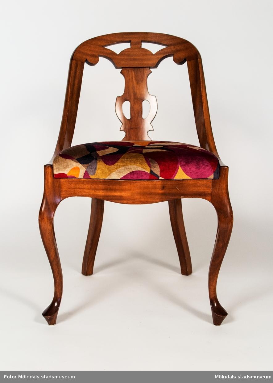Göteborgsstol tillverkad 1975 av William Andersson i Lindome.Stolen har vasformad, genombruten ryggbricka och svängda framben. Denna modell kom att bli den vanligaste under sent 1800-tal och hela 1900-talet. Lös sits.
