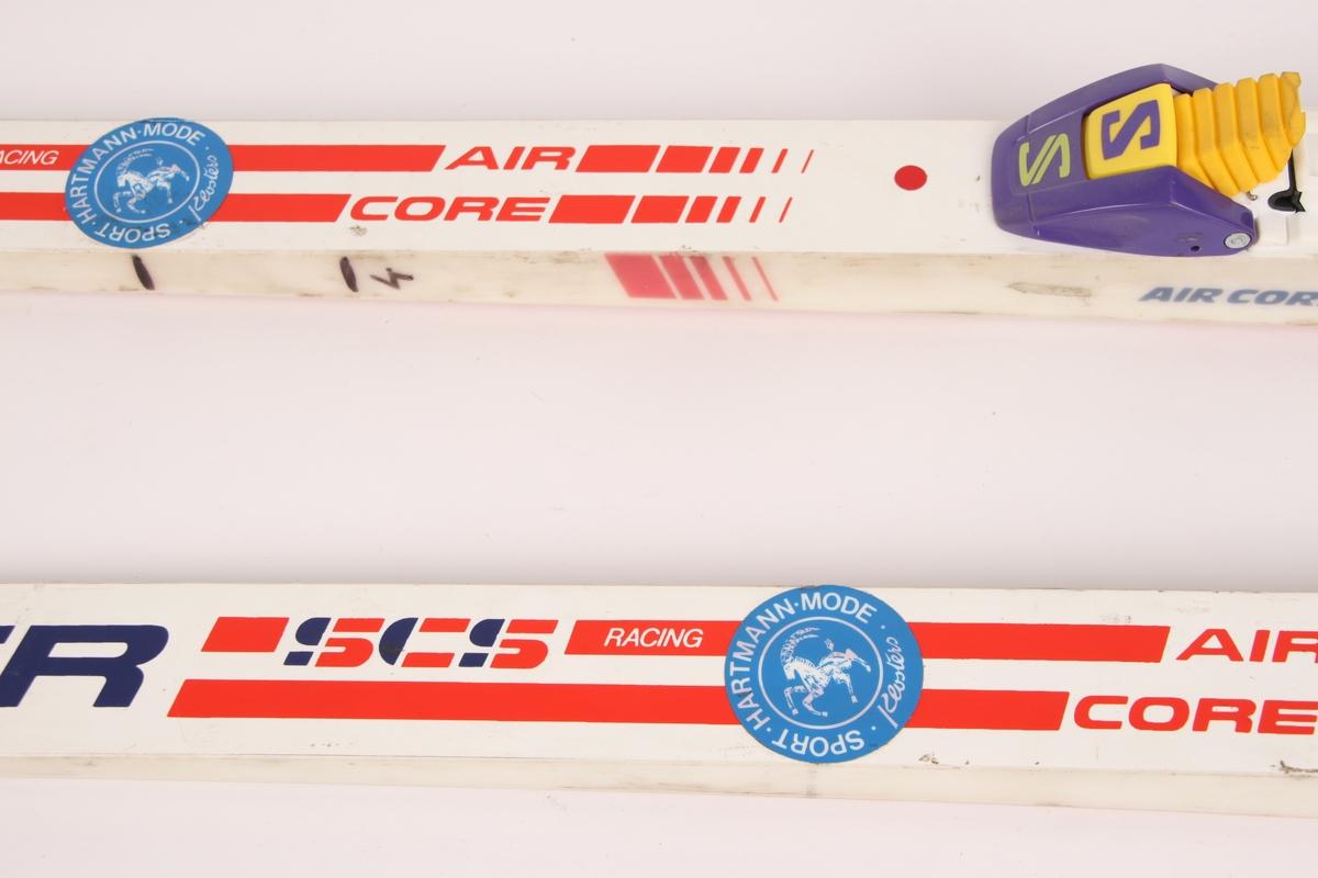 Fischer racing-ski med Salomon-binding SNS profil. På den ene siden av begge skiene er det merket av tre streker og tallet 4 med tusj.