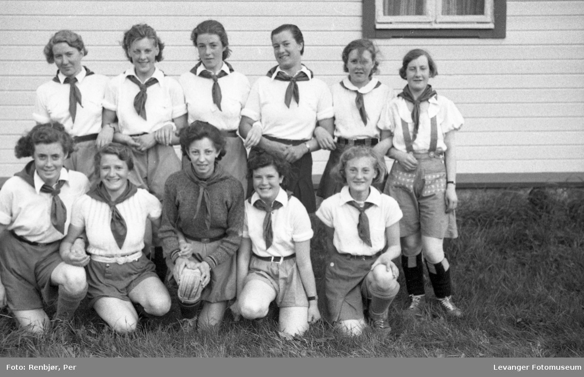 Sanitetens' Opptog, Levanger, kvinnefotball bilde av laget.