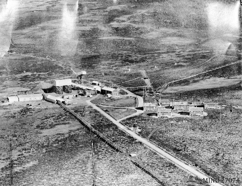 Her er et flyfoto fra 1936 av anlegget på Nordre. Vi ser at det ikke er påbegynt oppbygging av noe ved øvre sjakta. Stigerbrakka er heller ikke flytta hit enda. Foto: Widerøe Flyeslskap AS. Musea i Nord-Østerdalen, nr. 27074. Sjå også Folldalsbilder I, side 22.