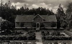 Postkort.  Leikanger prestegård i Sogn med Thaulowmuseet.  T