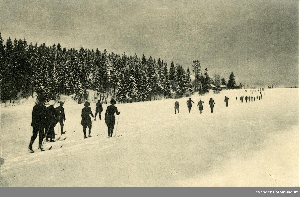 Postkort skiløpere på veg innover marka brukt som julekort.