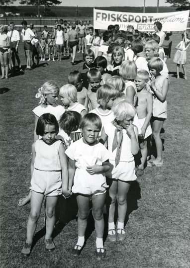 Barnparad med banderoll för frisksport och nykter ungdom.