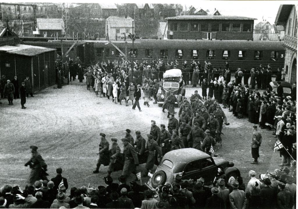 Utmarsj fra Narvik jernbanestasjon 17. mai tog? Soldater Russ
