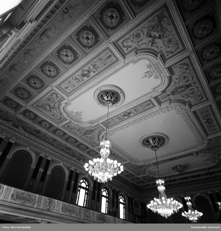 Takmålningarna i Stadshussalongen rengörs med hjälp av limpor.