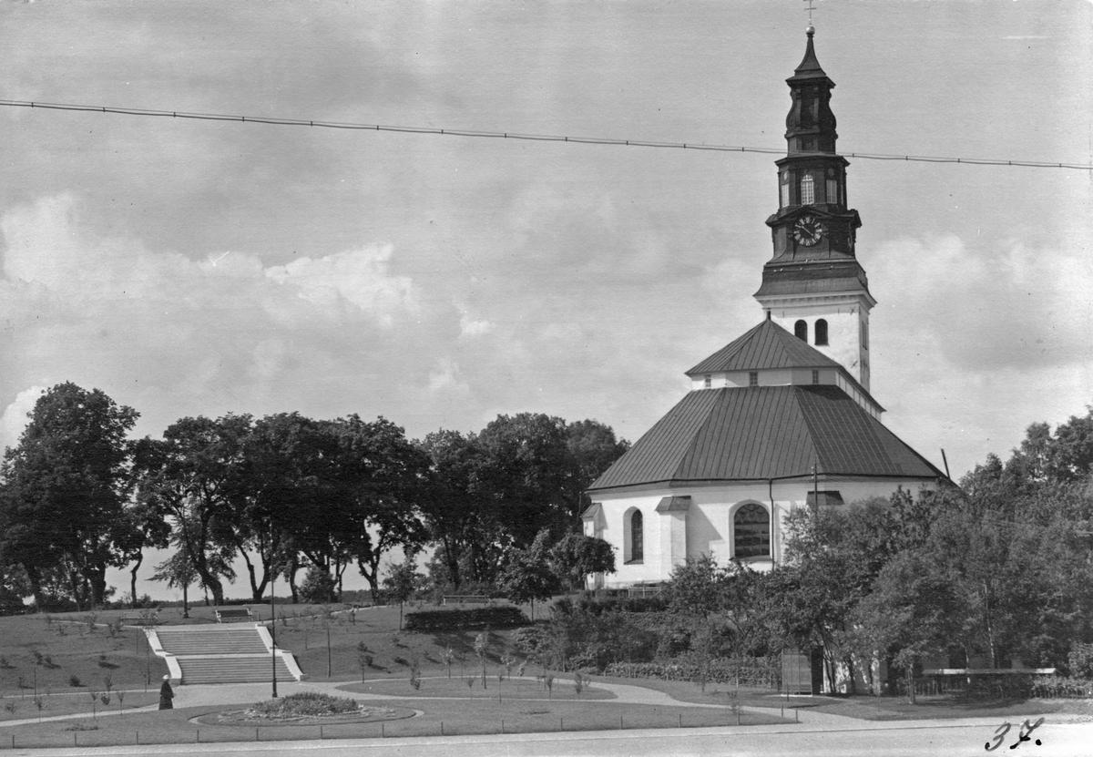 Köpings kyrka sedd från Stora Torget över nuvarande Scheeleparken.