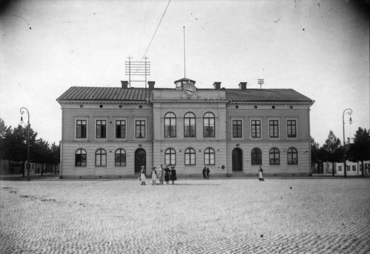 Köpings rådhus, invigt 1877. Ombyggnationer företogs 1907 då den västra flygeln byggdes. Bild från omkring sekelskiftet.