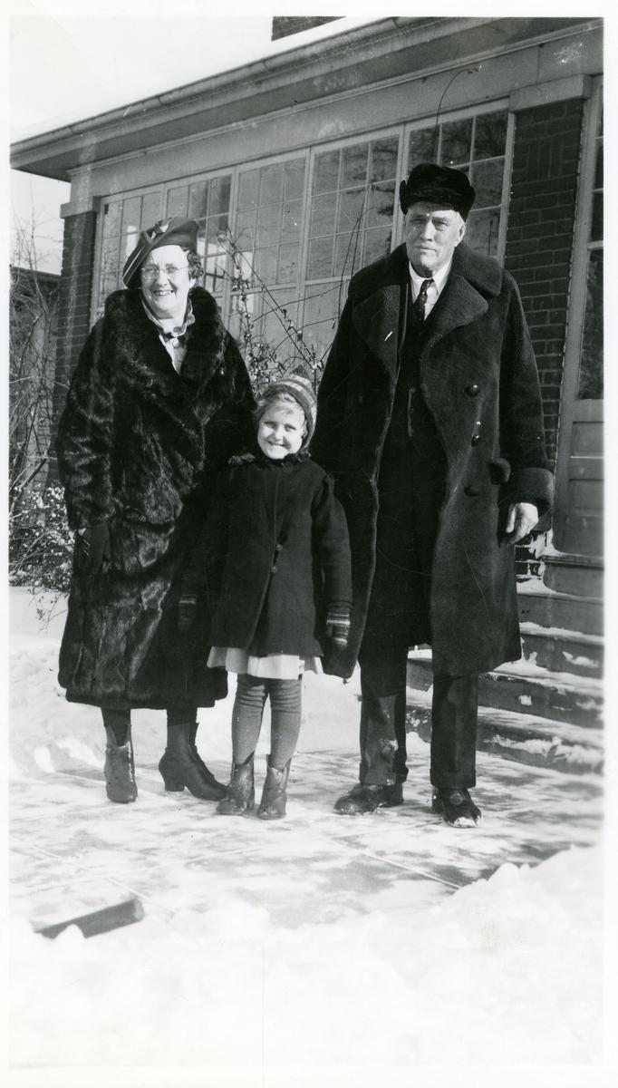 Thomas Wold med kone og barnebarn.