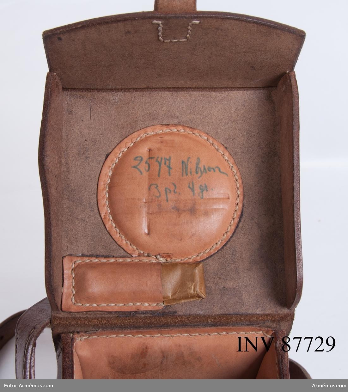 """Väska i läder till riktinstrument m/1936 medföljer, märkt 11580 samt på insidan locket handskriven märkning """"2547 Nilsson 3 pl. 4 gr."""""""