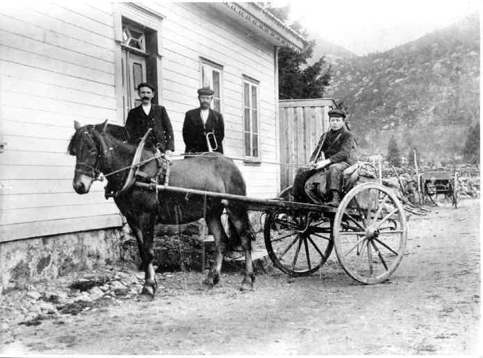 Det gamle postkontoret på Vikeså. Mannen med hornet: Ivar Espeland kjørte posten mellom Helleland og Vikeså