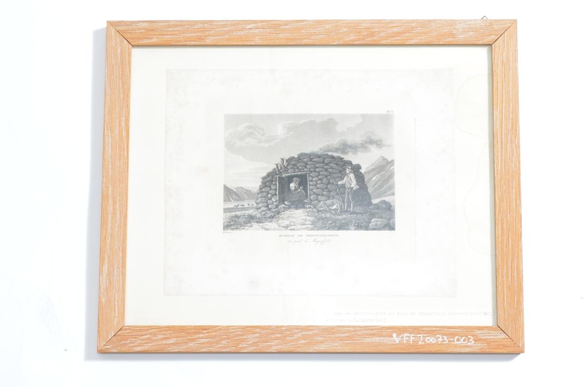 I forgrunnen ser vi en mann og en kvinne ved en steinhytte, jaktmotiv, med fjellparti i bakgrunnen.
