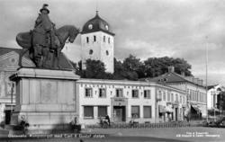 Uddevalla. Kungstorget med Carl X Gustaf statyn.