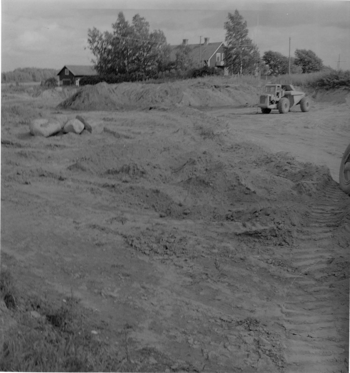 Hedesunda. Vägbygge mellan Hedesunda kyrka och komministerbostaden.