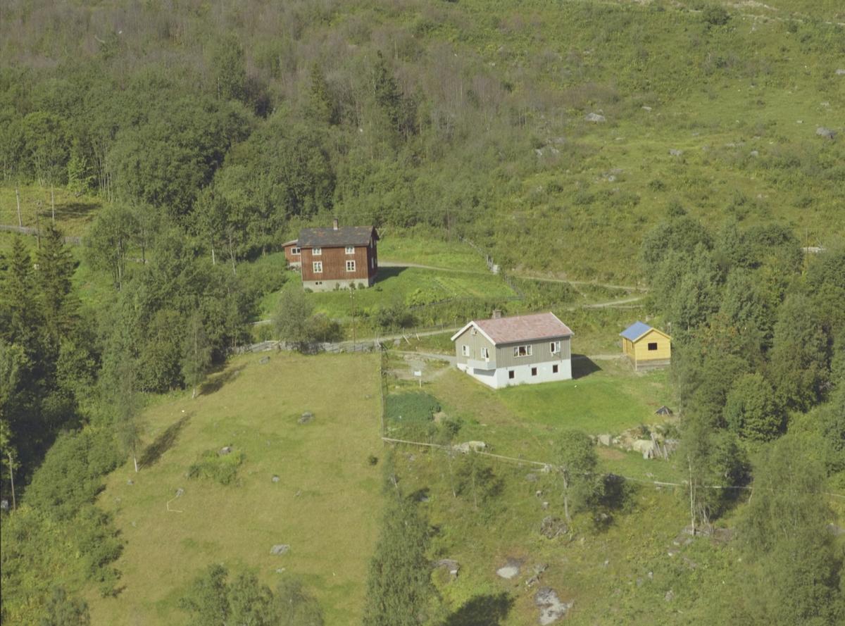 Ospeli, gammel brun bygning, nytt grått hus, Østre Gausdal