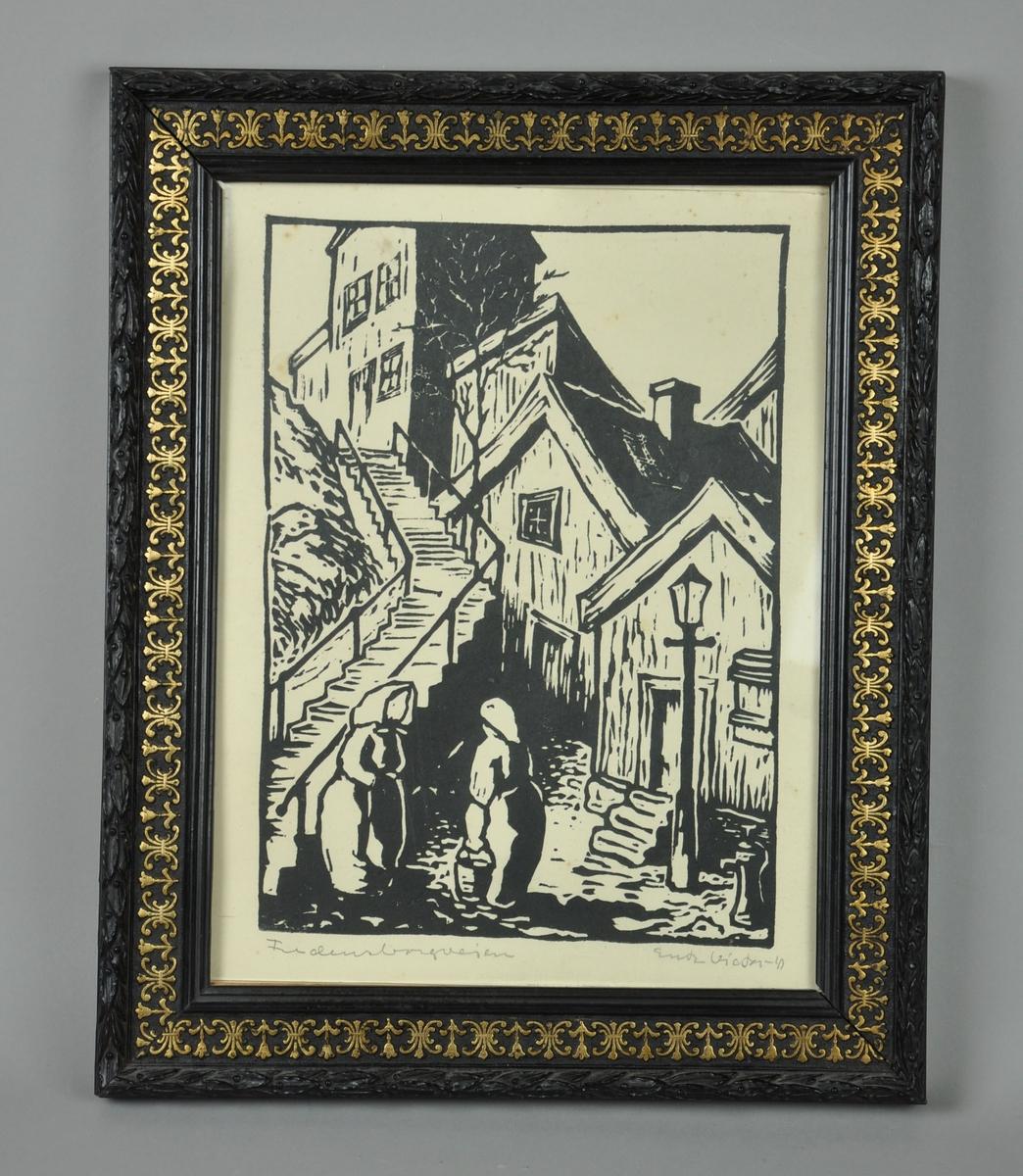 Litografisk trykk med håndlaget ramme. Rammen er svart med utskjæringer i gullfarge. Motiv av to damer i samtale i enden av en trapp. Trykket er i hvitt/svart. En metalltråd med plastomslag har blitt brukt til å henge opp bildet.