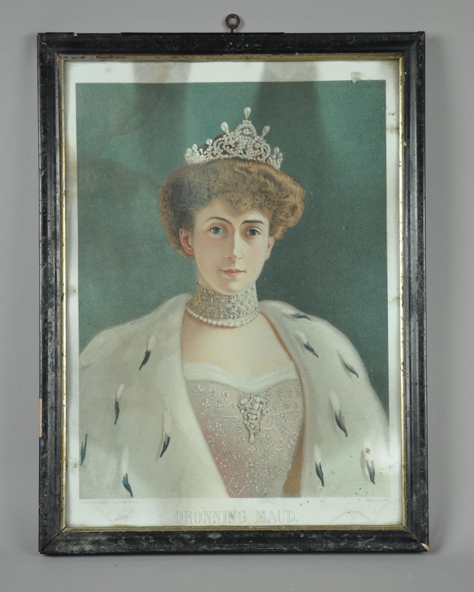 Innrammet portrett av Dronning Maud. Svart innramming med kanter av sølv på innsidene. Både papir og ramme er noe slitt.