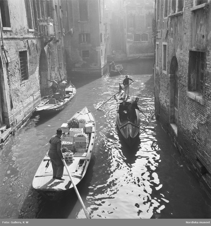 Byggnadsmaterial, grönsaker och människor som forslas med gondoler på Venedigs kanaler
