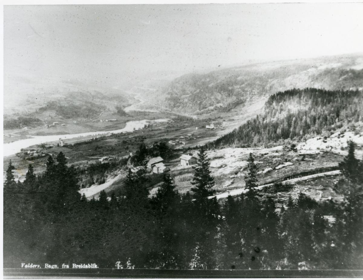 Utsikt fra Breidablikk mot Bagn øst og vest. Kirka på midten av bildet til venstre.